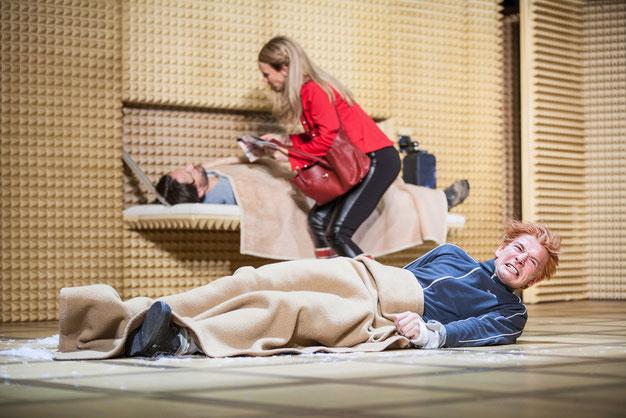 Szenenfoto Theater in der Josefstadt 2016, Ulrich Reinthaller, Maria Köstlinger u. Stefan Gorski (c) Astrid Knie