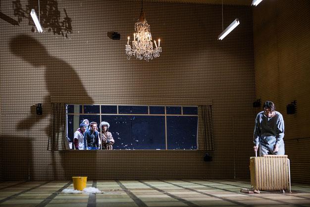 Szenenfoto Theater in der Josefstadt 2016, Peter Scholz, Roman Schmelzer, Stefan Gorski, Susa Meyer u. Ulrich Reinthaller (c) Astrid Knie
