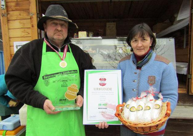 Manfred und Johanna Donner mit ihrer prämierten Salami aus Schafwurst, die auf den Märkten in Wolkersdorf, Großrußbach und Simonsfeld bezogen werden kann.