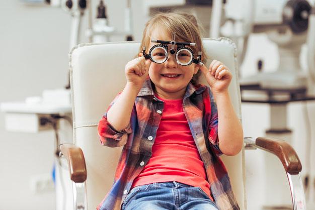 Kind mit Probierbrille