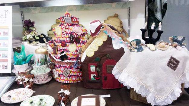 クリスマスツリー型、暖炉型、ティーパーティーのテーブル型等、英国フェアのティーコゼー画像