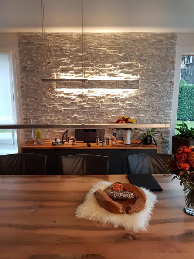 Steinwand mit aufgesetzter LED Beleuchtung