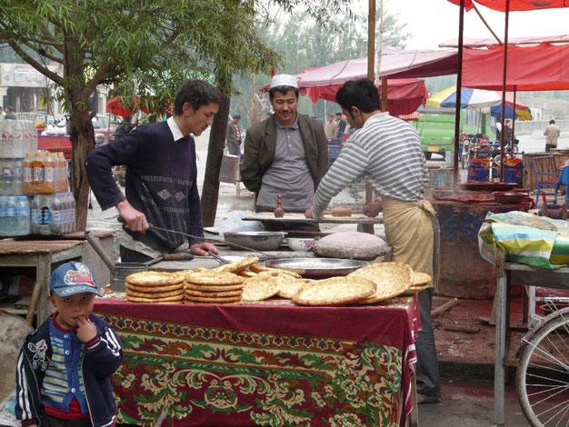 Sur la route vers Kashgar, on retrouve la specialite locale : des nans parfumes a l'onion