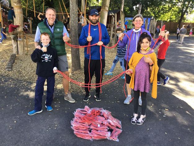 Bei der Überreichung: Mirko Meisenbach vom Förderverin sowie die Sportlehrer Dennis London und Claudia Straub (v.l.n.r.) freuen sich mit Erik und Judy über die neuen Seilchen.