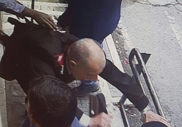 Un momento della colluttazione ripreso dalle telecamere all'esterno dell'ufficio postale