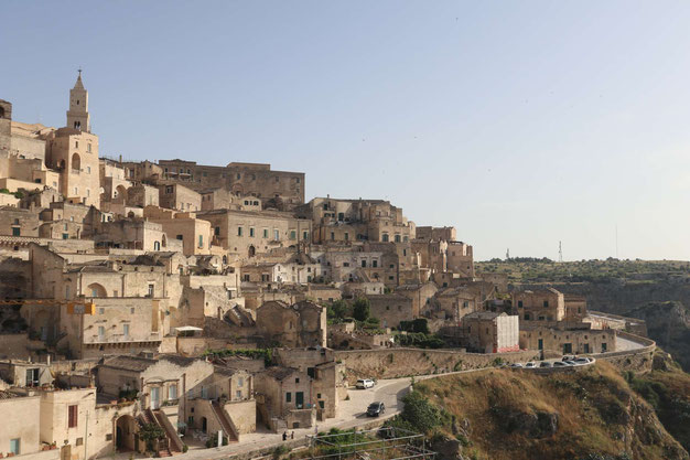 Blick auf die Sassi von Matera, rechts beginnt die Schlucht