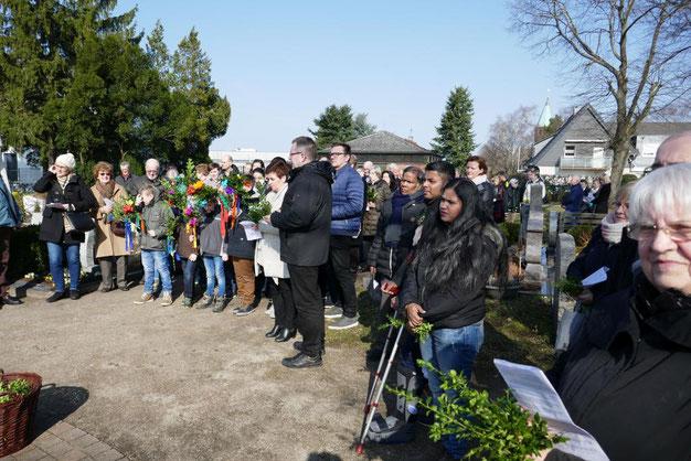 Gläubige zur Palmweihe 2018 auf dem Friedhof