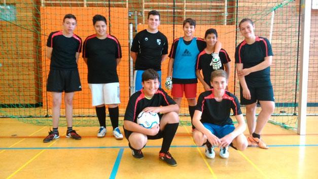 Unsere Fußball-Mannschaft belegte den verdienten 2. Platz beim Förderschulturnier in Balingen! Von links: Fatmir, Muhammed, Danilo, Antonino, Emre, Vanessa, Gxim und Dane.
