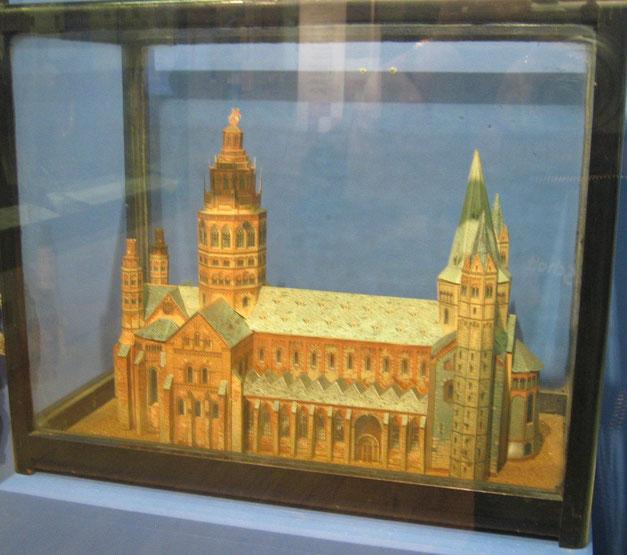 メリックが制作した紙製のマインツ大聖堂の模型。