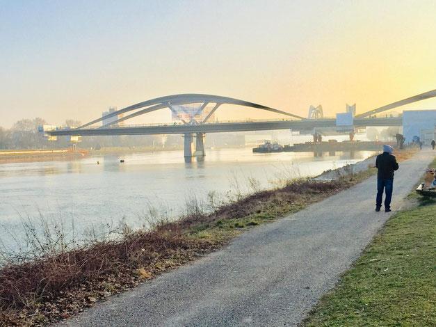 Linz einschwimmen Eisenbahnbrücke