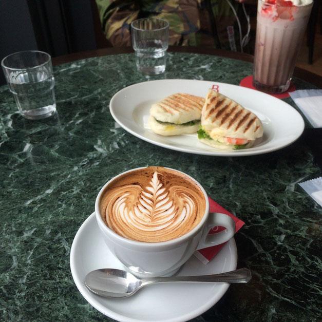 Caffe Barisshimoでお茶。カプチーノ、美味しかった☺︎