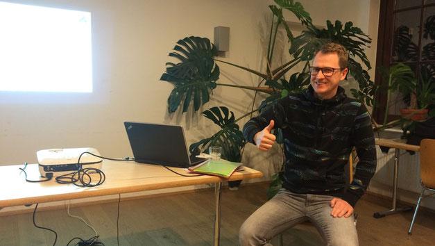 Hier kann man unseren Referenten Daniel sehen. Sehr locker, lustig und vor allem Kompetent hat er uns durch das Seminar geführt.