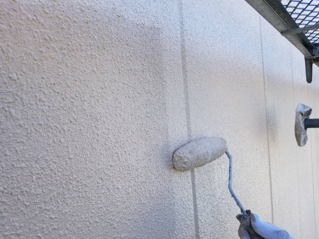 養老町、大垣市、平田町、南濃町、海津町、上石津町、輪之内町で外壁塗装工事中の外壁塗装工事専門店。養老町大巻で外壁塗装工事/外壁の上塗り作業中
