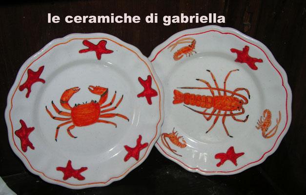 piatti di ceramica con pesci granchio e gambero