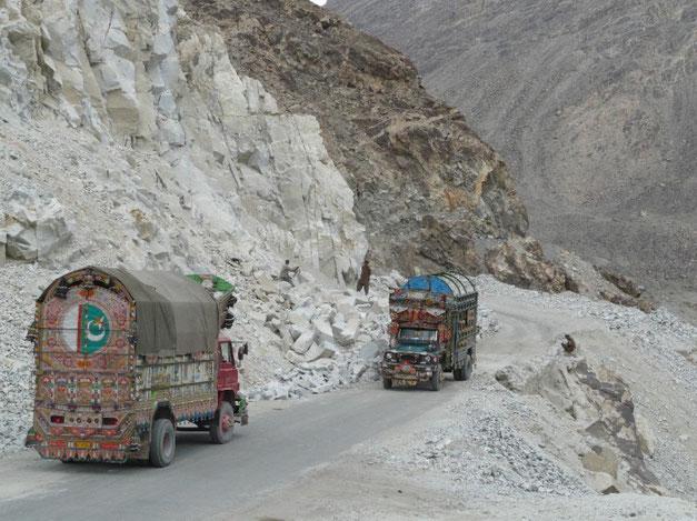 La Karakorum Highway: des montagnes enormes, une route a flanc sujette aux eboulis, des camions surcharges bien decores et des travaux titanesques qui ne finissent jamais..