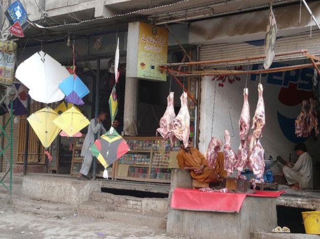 Comme en Inde, les cerfs-volants sont tres presents au Pakistan, et contrairement a l'Inde, on trouve aussi beaucoup de viande!