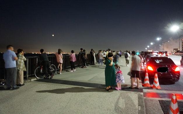 2019年8月3日幕張ビーチ花火フェスタを観るために集まった人々