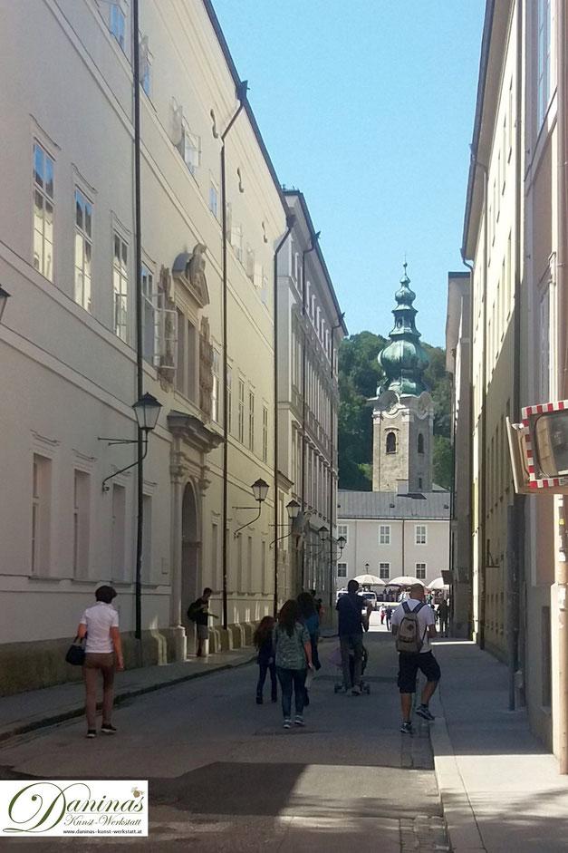 Für Salzburg charakteristische Kapitelgasse - in Richtung Kapitelplatz/Dom