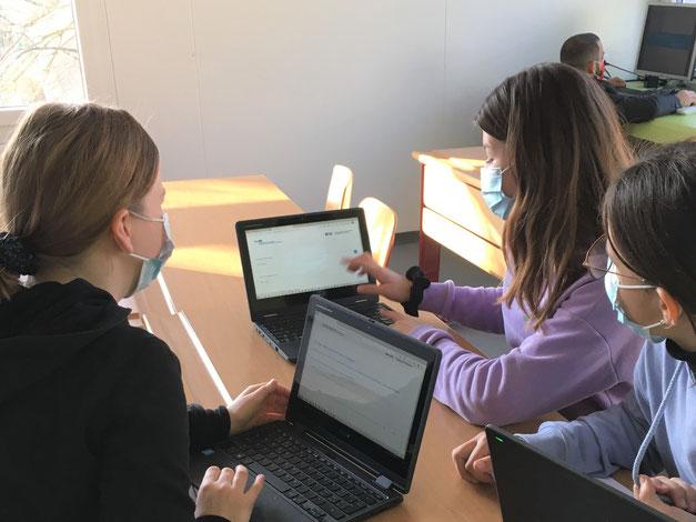 Schülerinnen schneiden und bearbeiten ihre Audiodatei für die Ausstellung.