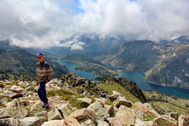 En bas, les lacs d'Aubert et d'Aumar.
