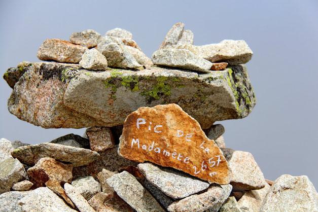 On ne peut pas se tromper, on est bien au Pic de Madamète (2657m).