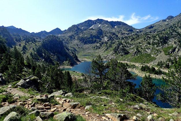 Le Lac de Gréziolles avec au fond la Hourquette de Caderolles (2495m).