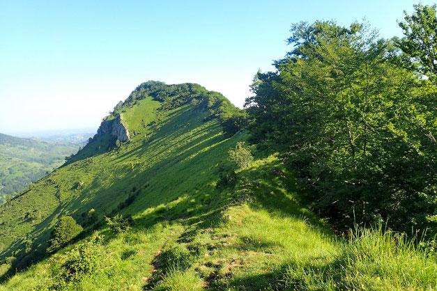 Derrière moi, le Pic d'Asté (1215m).