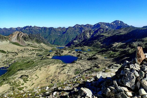 Côté Barèges au Nord avec le Lac Nère, et le lac Dets Coubous. Au fond, un peu à droite le Pic du Midi.