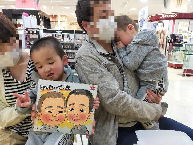 岩手県のさくら野百貨店・北上店で似顔絵を描いた兄弟
