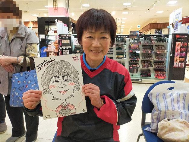 岩手県のさくら野百貨店・北上店で似顔絵を描いた女性
