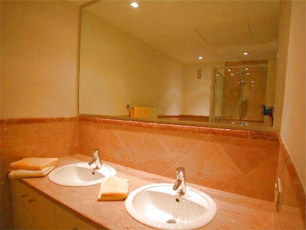 Marmorbadezimmer mit Dusche der Ferienwohnung La Marea geeignet  für Familienurlaub am Meer auf Teneriffa