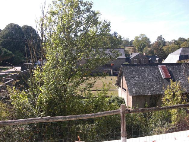 Premier plan : la centrale hydro-électrique - Arrière plan (à gauche) : l'ancienne halle à charbon