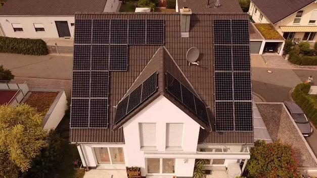 Photovoltaikanlage auf einem Neubau © iKratos