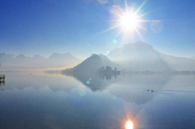 Le lac, le massif du Semnoz et le Château de Doingt vus des pontons de Talloires