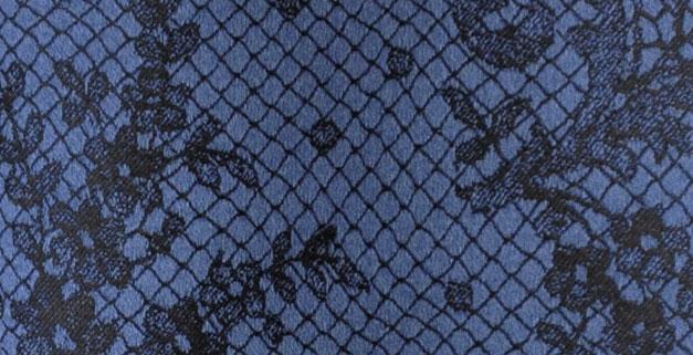 gros plan de tissu satin bleu marine trompe l'oeil impression dentelle de chez Jean Paul Gaultier