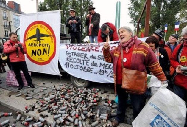 Lufthavnsprojekt-modstandere foran tåregaspatronhylster der blev affyret imod dem i en af de mange konforntationer med politiet