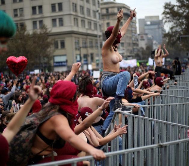 Feministernes første demorækker forcerer politiafspærringen d. 5. juni 2018