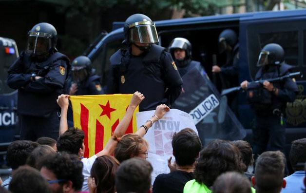 Rajoy-regeringen sender det nationale spanske politi til Barcelona, den 1. oktober 2017,  for at forhindre folkeafstemningen om uafhængigheden.