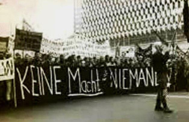 """""""Ingen magt til nogen!"""" - frontbanner af den venstreradikale, autonome blok i en kæmpe oppositionel demo i DDR, Østberlin 1989"""
