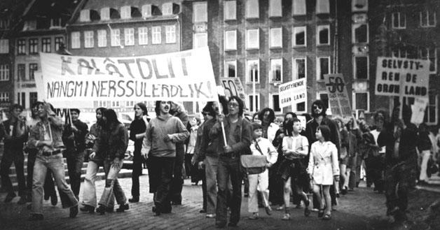 Unge grønlændere / inuiter demonstrerer i København i 1970erne