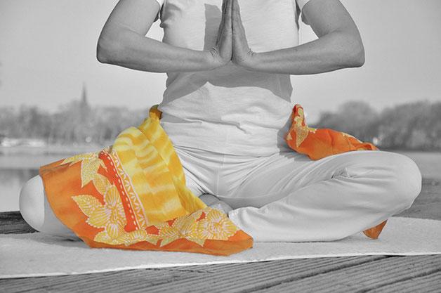 Duplex einer Yogahaltung mit partieller Kolorierung. Fotografie von Funkenflug Design aus Münster.
