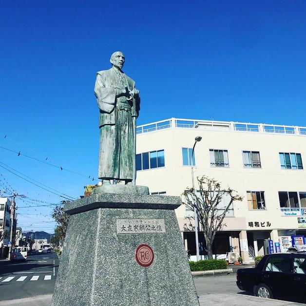 大分県産ローカルタレントが大分県津久見市の大友宗麟像をご紹介
