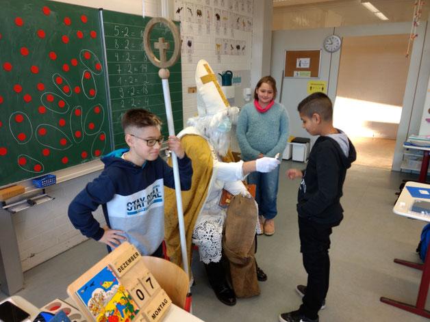 Der Nikolaus war zu Besuch bei den Grundstufen-Klassen