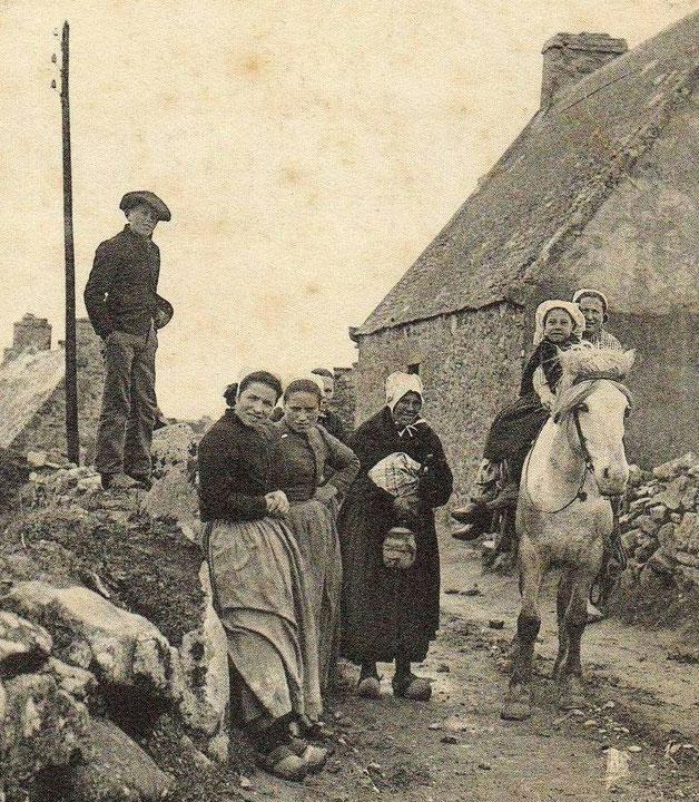 Sur certaines photos anciennes de l'île on aperçoit comme sur celle-ci vers 1910 des poteaux et des fils, c'est le télégraphe traversant l'île d'est en ouest  de porz verc'h jusqu'au sémaphore au pied du phare