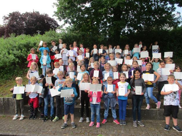 Alle Kinder mit einer Ehrenurkunde. Herzlichen Glückwunsch!