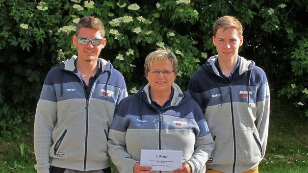 """Platz 3. erreichte Marion Lange mit ihren Söhnen Daryn (li.) und Melvyn (re.), ebenfall vom Idtstedter Pétanque Club """"smiet weg"""""""
