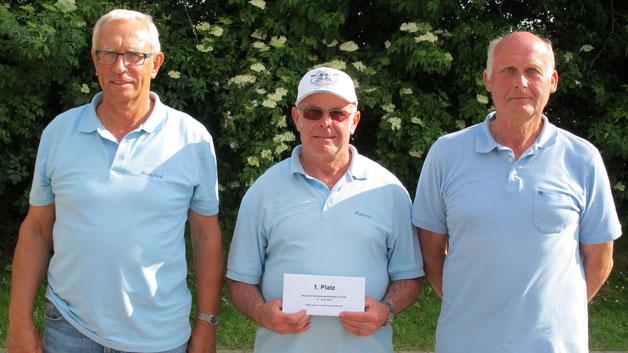 Das Team der Boule-Terrier Viöl mit (v.l.) Manfred Caspersen, Johannes Petersen und Manfrede Göttsch auf dem 1. Platz.