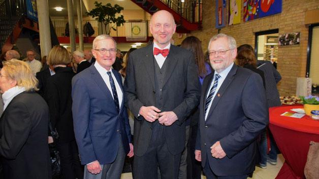 Als Gäste konnte Rotary-Präsident Jens-B. Bosse unter anderem Bürgervorsteher Henning Meyn (r.) und Dr. Horst Alsmüller,  ehemaliges Vorstandsmitglied des Sponsors VR Bank, begrüßen.