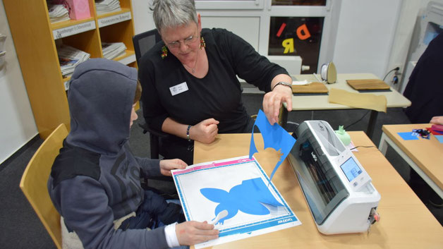 Bücherei-Leiterin Monika Pütz persönlich führte junge Interessenten durch das Programm zum Schneiden von Pappen und Folien