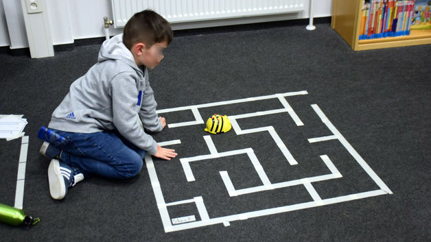 Die Besucher konnten auch kleine Roboter ausprobieren, die nach Programmierung selbständig ihren Weg durch ein Labyrinth finden